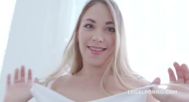 Толпа негров жестко трахают сексуальную блонду