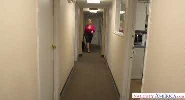 Властная милфа на каблуках соблазнила молодого паренька в офисе