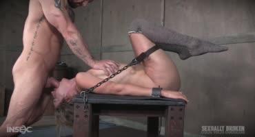 Привязав дамочку к столу двое мужиков трахали ее и заставляли сквиртовать