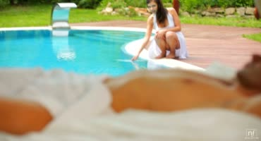 Мужик совокупляется с молоденькой Алиной Хенесси в райском шалаше