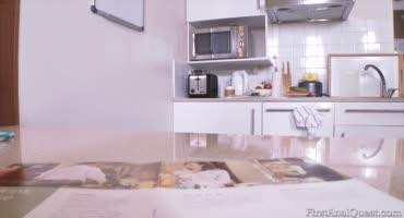 Парнишка оттрахал на кухне свою сводную сестричку