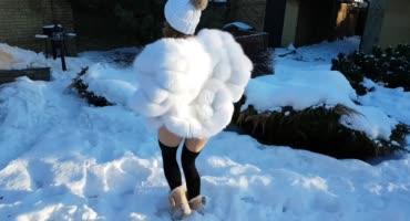 Прошмандовку трахают на улице зимой на снегу