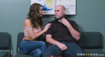 Красотка трахается с массажистом пока муж сидит и ждёт её