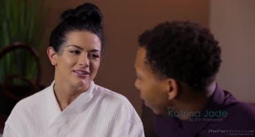 Сексуальная брюнетка устроила для негра отличный массаж в ванной
