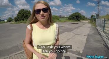 Молоденькую блондинку шпилят на природе за деньги