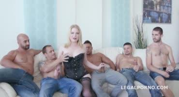 Развратная блонда не растерялась в компании парней