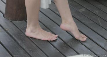 Блондинка привлекла внимание парня своими ножками, чтобы оседлать его член