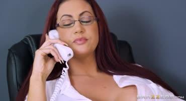 Начальница еще та стерва, но любит трахаться с подчиненными в офисе