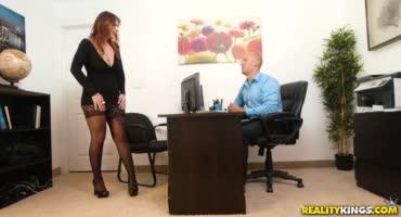 смотреть Секретарша зашла к строгому начальнику ублажить его