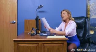 Зрелая секретарша устроила перерыв на секс