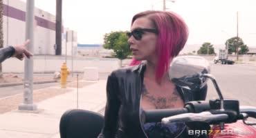 Две девчушки-потаскушки любят мотоциклы и трахаться с мужиками