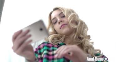 Блонда ищет свободный член и пользует отросток очкарика