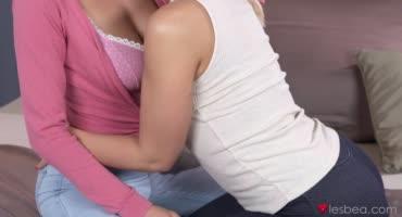 Лесбиянки профессионально лижут друг другу киски