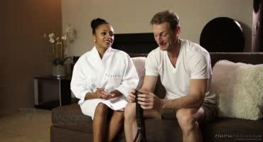 Очаровательная мулатка сделала эротический массаж белому парню