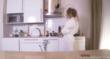 Привлекательная худышка порется в очко с парнем на кухне