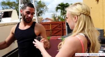 Блондинка принесла водички соседу и взяла его член в ротик