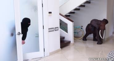 Жопастая девушка изменяет своему мужу с вором