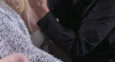 Блондинка Аня получила твердый член в свою киску