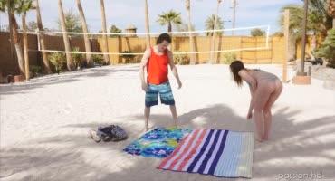 Сексальная красотка и ее молодой парнишка на пляже развлекаются
