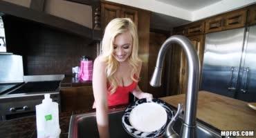 Подруга получила твердую награду за помытую посуду