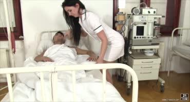 Озабоченный пациент сделал медсестре страстный куннилингус