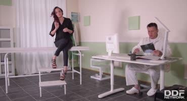 Тёлочка дала себя подолбить врачу на приёме, возбудив его своими ножками