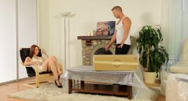 Молодая сучка шалит с мужиком, который работает на ее родителей