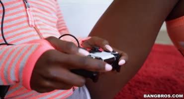 смотреть Чернокожая геймерша не оторвалась от игры во время секса