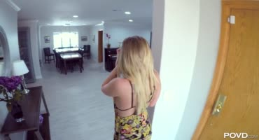 Очаровательная блонда после игры на пианино пошла трахаться с парнем