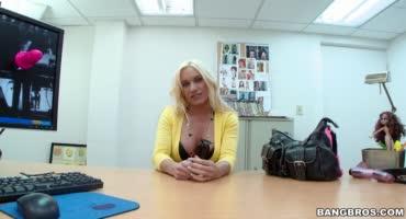 Силиконовая блонда теряет контроль на писюне порно агента
