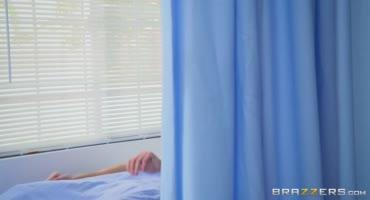 Врач Шанель Престон с медсестрой вылечили пациента горячим сексом