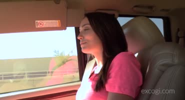 Милая брюнетка трахается в машине и принимает сперму в родовую щелку