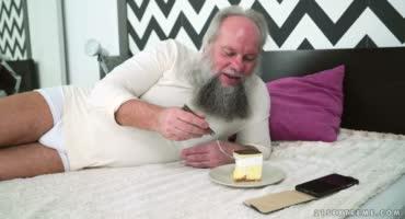 Молодая брюнетка поздравила дедушку, а он накормил её своей спермой