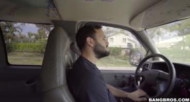 За то, что парни подвозят девушку автостопом ей нужно отработать пиздой