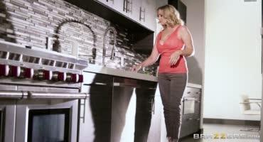 Страстно топчет сисястую мачеху на кухонном столе