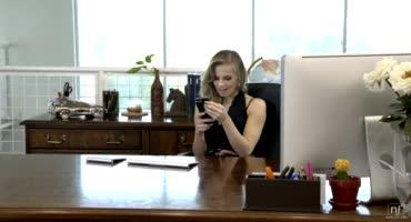 ОФисные страсти шальной секретарши с сотрудником