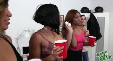 Парень зашел на вечеринку, где пьяные телки его раздели