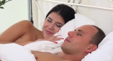 Леди Ди просыпается с настроением разбудить парня и предложить секс