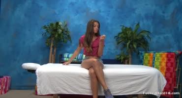 Красивая девчушка потрахалась с массажистом в яркой синей комнате