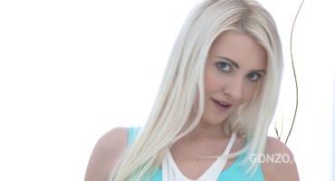 Обаятельную блондинку трахает куча парней в её мокрые щели