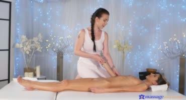Молодая массажистка умело удовлетворила ласками свою клиентку