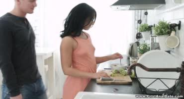 Мужик не хочет кушать, а хочет трахнуть свою жену на кухне