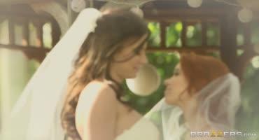 Две девушки поженились и после церемонии занялись супружеским лесбийским сексом