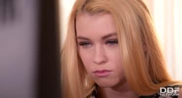 Блондиночка пришла на работу и горячо соснула член тайного поклонника
