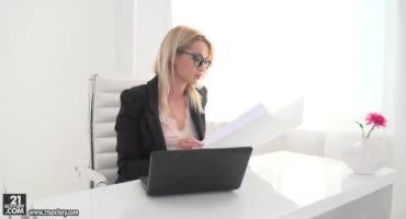 Офисная блондинка в чулках удовлетворяет двух