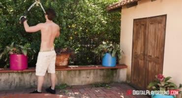 Садовник на заднем дворе трахается с хозяйкой дома