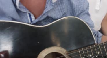 Гитарист покорил киски дамочек и хорошенько трахнул их