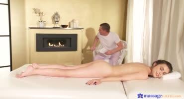Расслабляющий массаж в масле для похотливой молоденькой клиентки