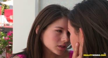 18-летние подружки решились потеребить друг другу