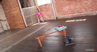 Горяченькая девушка трахается с мужиком после тренировки